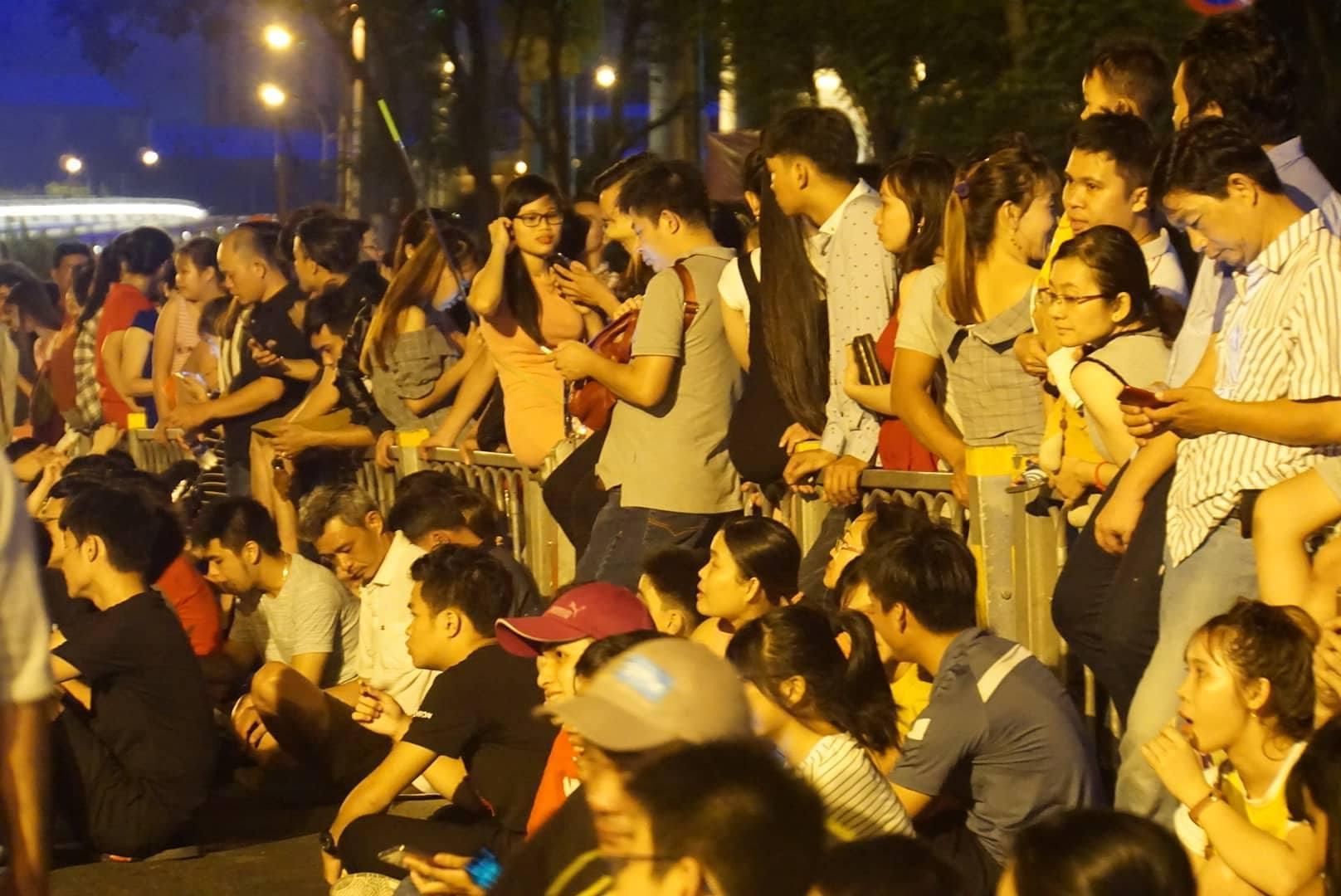 Phố đi bộ ở Sài Gòn chật cứng người xem pháo hoa lễ 30/4