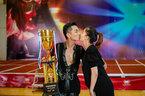 Khánh Thi hôn Phan Hiển say đắm mừng cúp Vàng