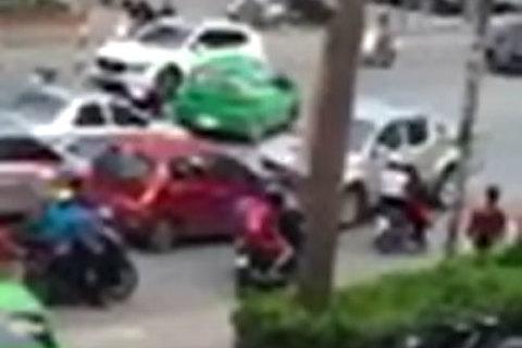Đi ngược chiều bị chặn, tài xế hung hăng lùi xe đâm trúng người