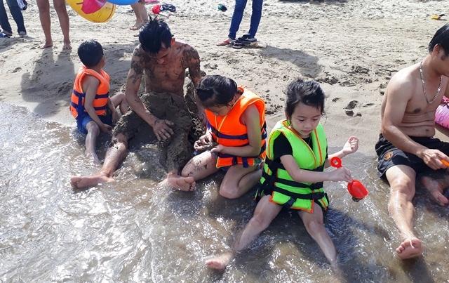 Chen nhau tìm chỗ tắm ở bãi biển Sầm Sơn