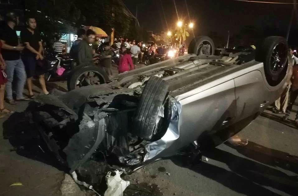 Ô tô lùa hàng loạt xe máy trong đêm, 6 người bị thương