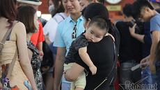 Trẻ nhỏ mệt nhoài chờ du ngoạn vịnh Hạ Long