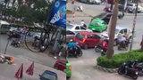 Ô tô lùi ngược chiều cán qua người đi xe đạp