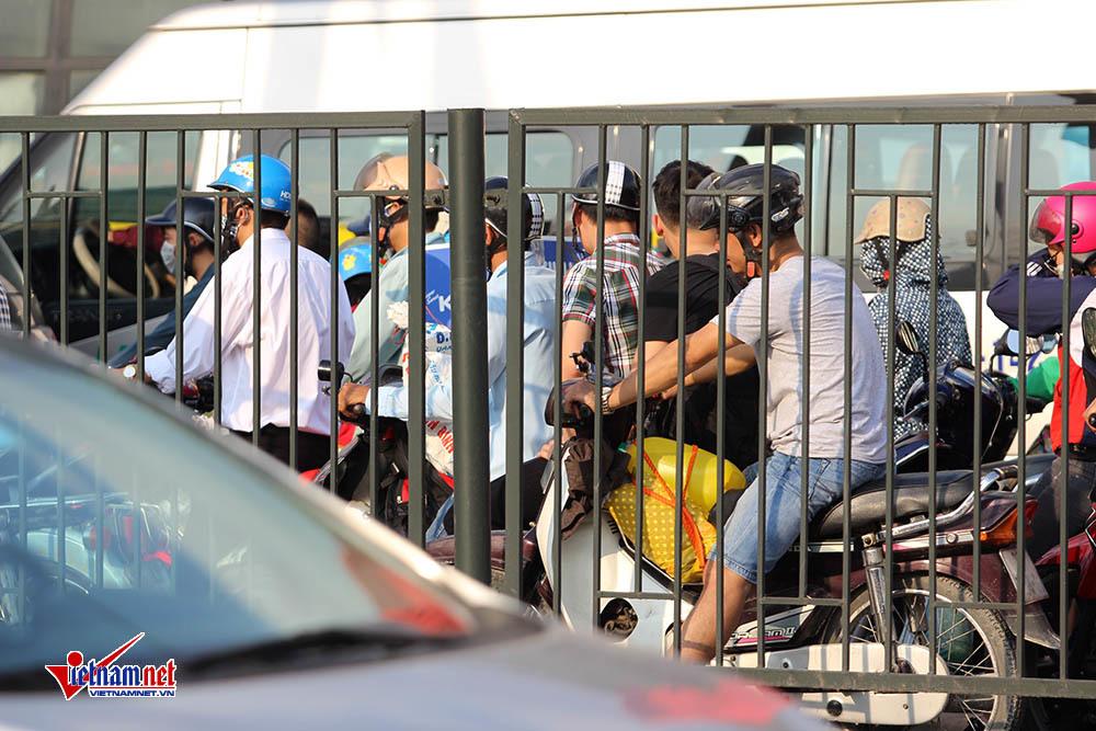 Người dân 'tay xách nách mang' đổ về Thủ đô, cửa ngõ ùn dài