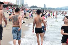 Em gái đứng hình trước hình xăm của 4 chàng trai ở biển Cửa Lò