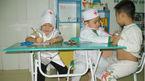 Hai bé suýt chết khi chơi trò bác sĩ khám cho bệnh nhân