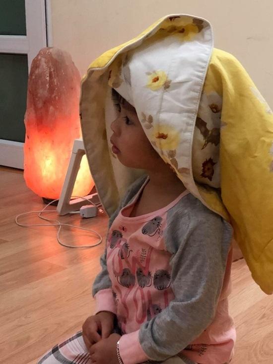 Trấn Thành 'ngã sấp mặt' khi dạy em vợ chơi bowling