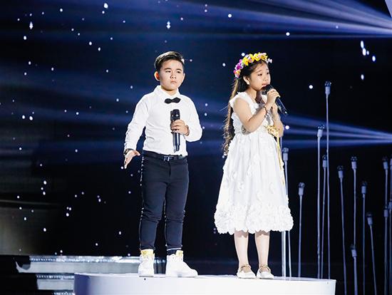 Huỳnh Lập tát MC Nguyên Khang trên sân khấu