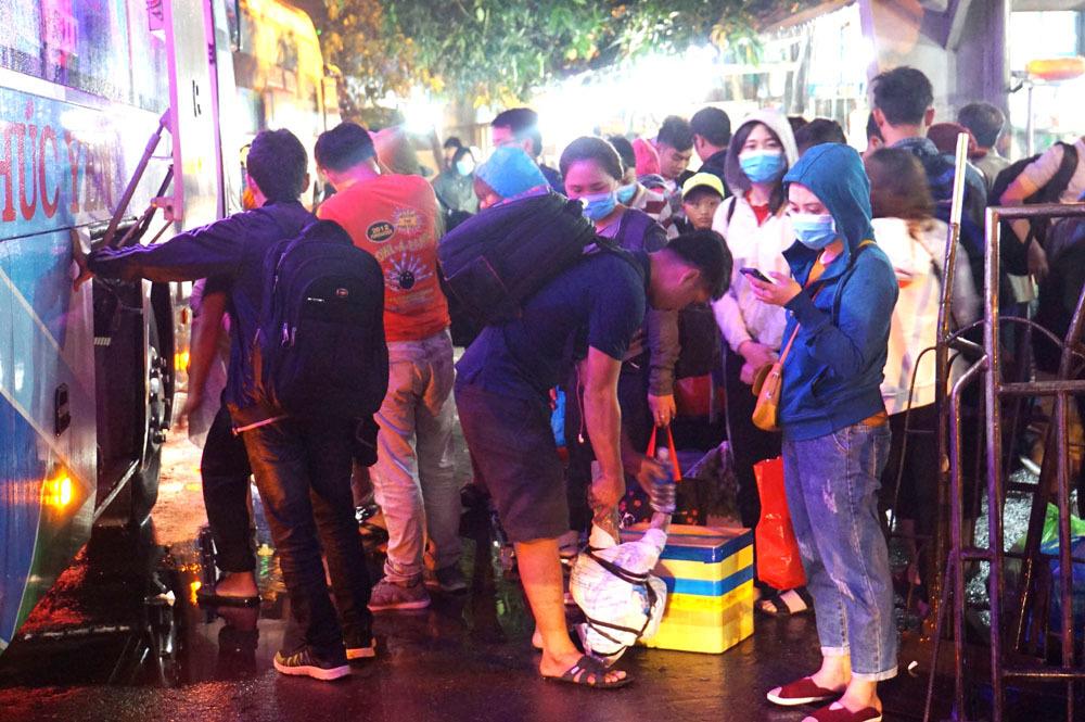 Bến xe đông nghẹt, khách 'đội mưa' trở lại Sài Gòn lúc 2h sáng