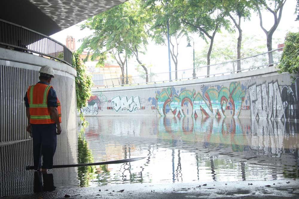 Hầm chui ở trung tâm Sài Gòn ngập nửa mét, giao thông rối loạn