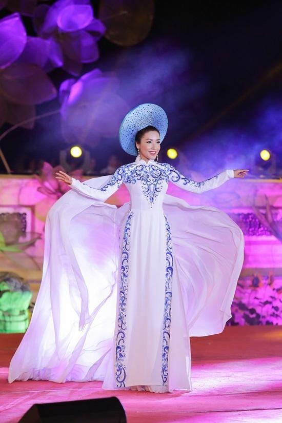 Hoa hậu Đỗ Mỹ Linh trình diễn áo dài gần 5m