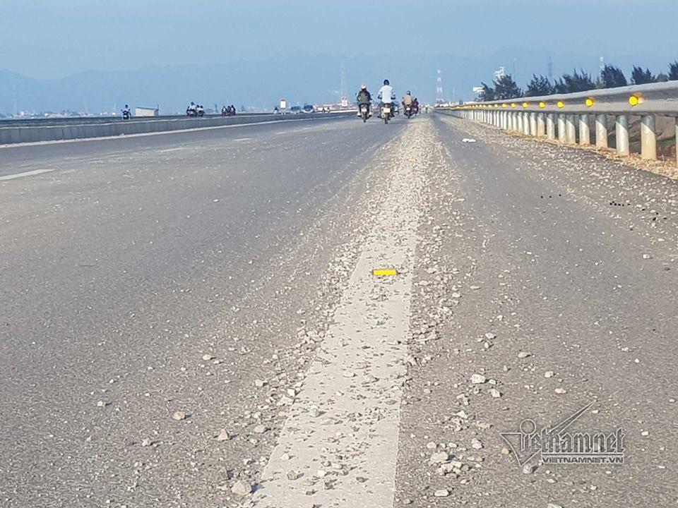 Đá dăm thảm kín cầu vượt biển dài nhất Việt Nam