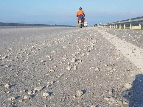Clip đá dăm trải trên cầu vượt biển như thảm