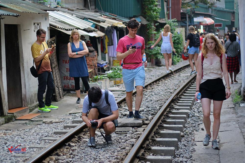 Khách Tây 'liều mạng' ở đường sắt sát nhà dân