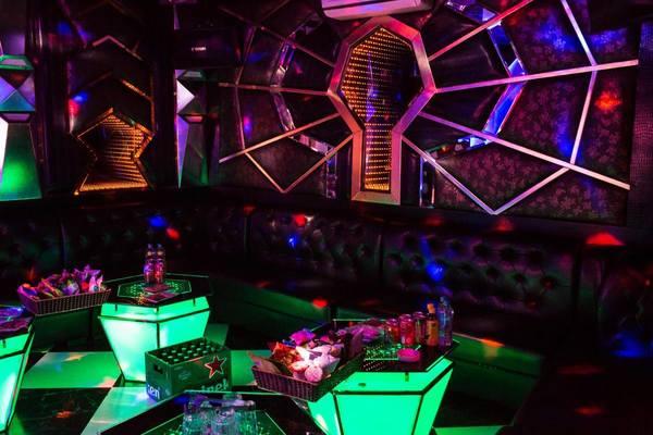 Tiệc sinh nhật lạ lùng của quý bà khiến nam tiếp viên karaoke tái mặt