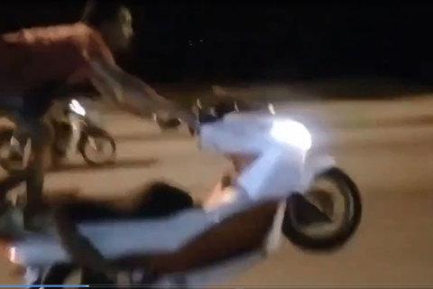 Người đàn ông bốc đầu, đứng một chân đua xe ở Hà Nội lên báo Anh