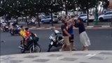 Người đàn ông ngoại quốc ngăn cản đôi vợ chồng đánh nhau trên phố