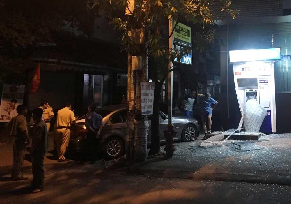 Xe BMW đâm nát trụ ATM ở Sài Gòn