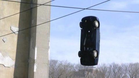 Bí ẩn vụ xe hơi treo lơ lửng trên cầu Canada
