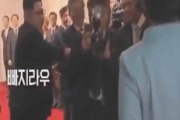 Xem Kim Jong Un dẹp đường cho vợ