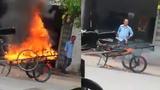 Phẫn nộ người đàn ông đốt xe kéo vì để chắn trước cửa nhà