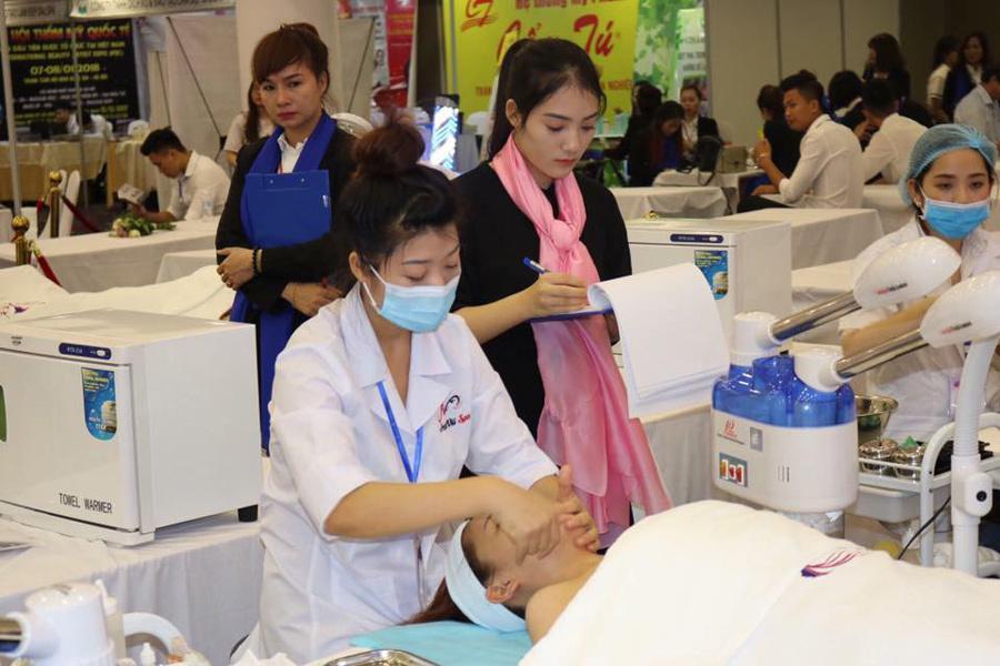 Học nghề làm đẹp, thu nhập của cô gái 23 tuổi nhiều cử nhân mơ ước