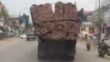 Chiếc xe tải chở gạch làm xiếc trên đường