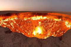 """""""Cổng địa ngục"""" bốc cháy ngùn ngụt trên sa mạc suốt nửa thế kỷ"""