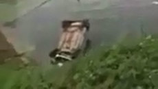 Tài xế cao hứng trổ tài drift xe và cái kết ê chề dưới ao