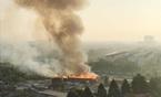 Biển lửa bao trùm 50 lán tạm, trăm công nhân tháo chạy