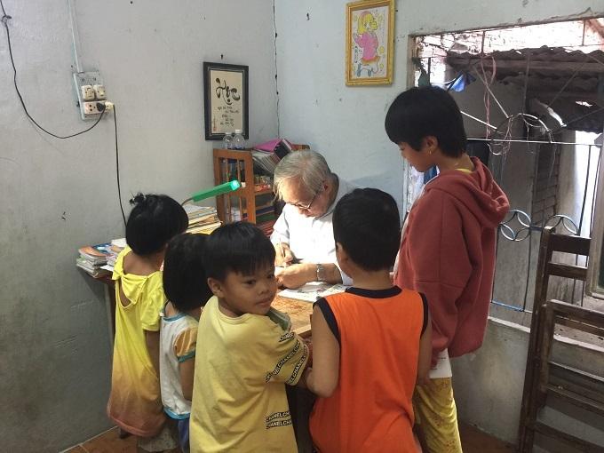 Lon nước ngọt của trò nghèo và ông giáo 25 năm dạy học miễn phí