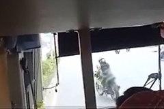 Thanh niên lạng lách, đánh võng trước đầu xe khách cả đoạn đường dài