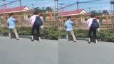 Cô gái cầm dép đuổi đánh người bạn trai trên phố