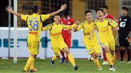 Lập siêu phẩm hạ SLNA, Nam Định có chiến thắng đầu tiên