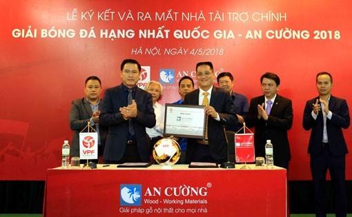 Bầu Tú kiếm hợp đồng tiền tỷ cho giải hạng Nhất