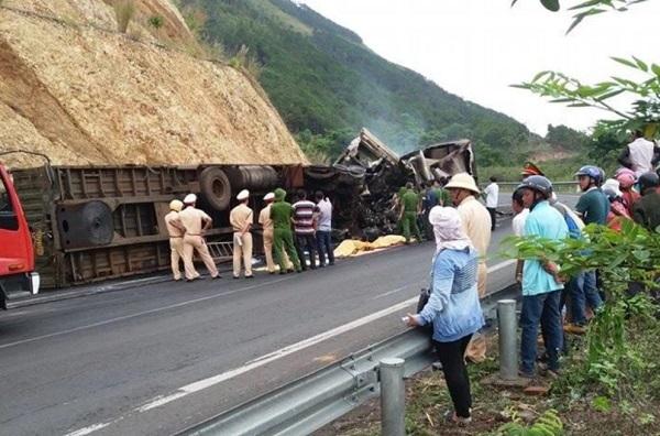 2 xe container cùng chiều đâm nhau cháy rụi, 3 người chết