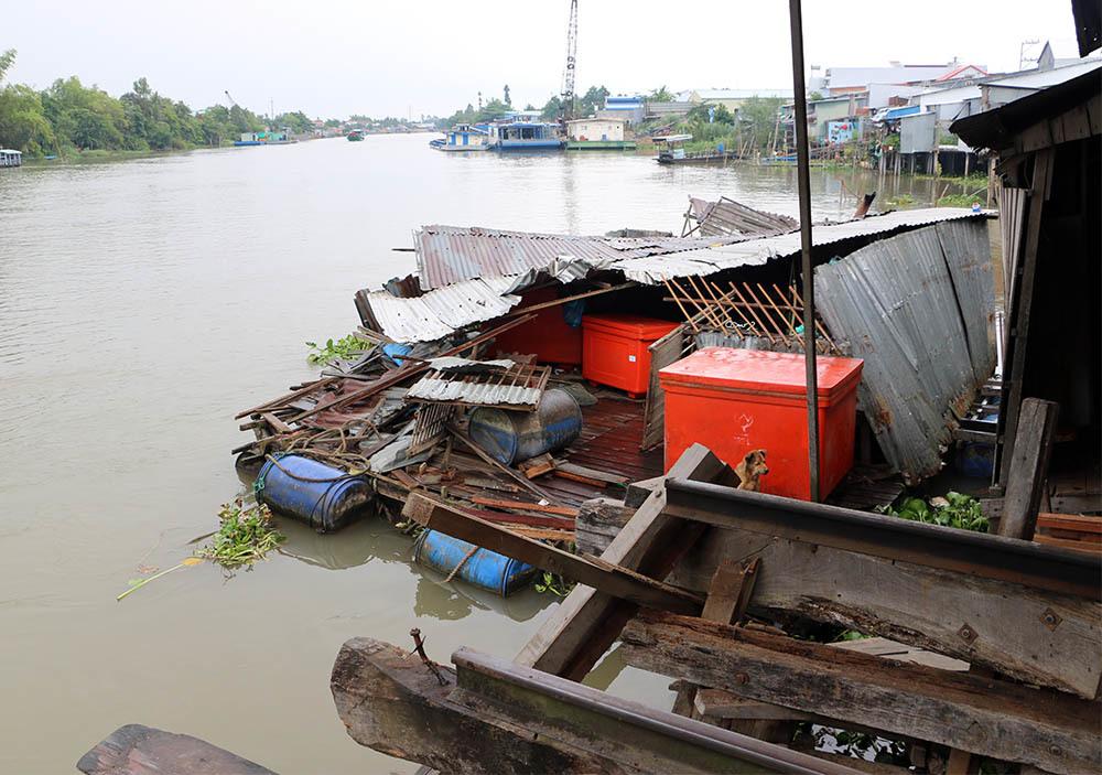 Sà lan tông sập 5 căn nhà, 3 cháu bé văng xuống sông
