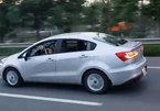 Kinh hãi: Cho bé trai 2 tuổi cầm vô lăng ô tô trên cao tốc