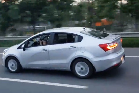 Bé trai nói chưa rõ cầm vô lăng lái ô tô trên cao tốc