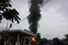 Toát mồ hôi dùng bình chữa cháy mini dập cháy xe bồn ở cây xăng