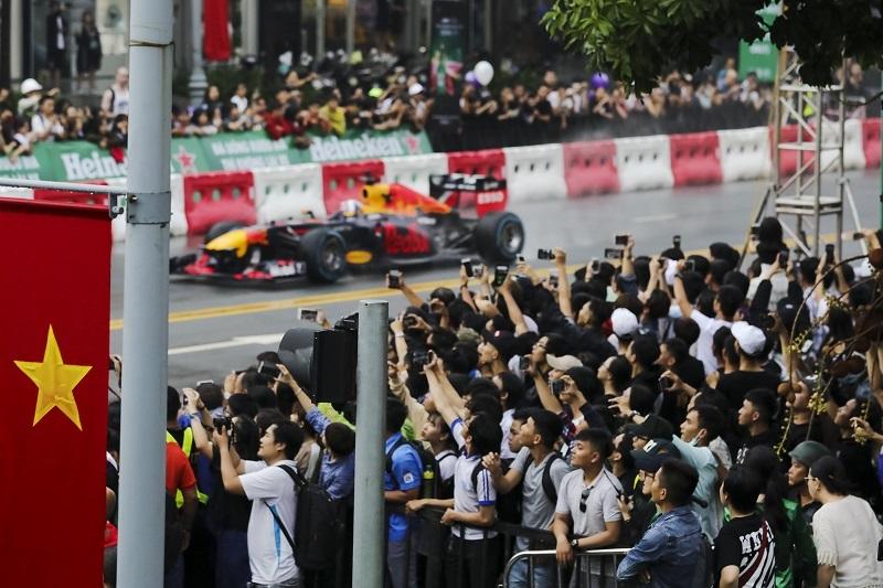 Fan Việt thích thú với màn drift xe siêu đẳng của David Coulthard