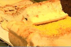 Bánh bông lan 8 vị dát vàng đang gây sốt có gì đặc biệt?