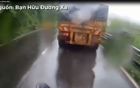 Vượt ẩu, xe tải đâm trực diện xe máy trên đường đèo