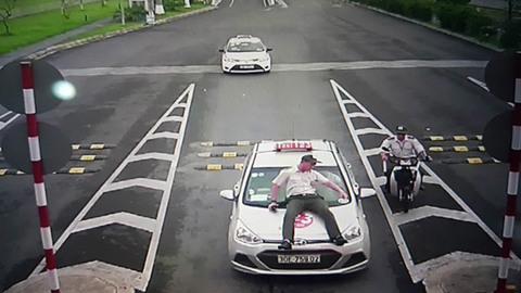 Nhân viên an ninh sân bay Nội Bài bị Taxi đâm trực diện, hất lên nắp capo