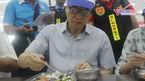 Phó Thủ tướng Vũ Đức Đam ăn suất cơm 15.000 đồng với công nhân