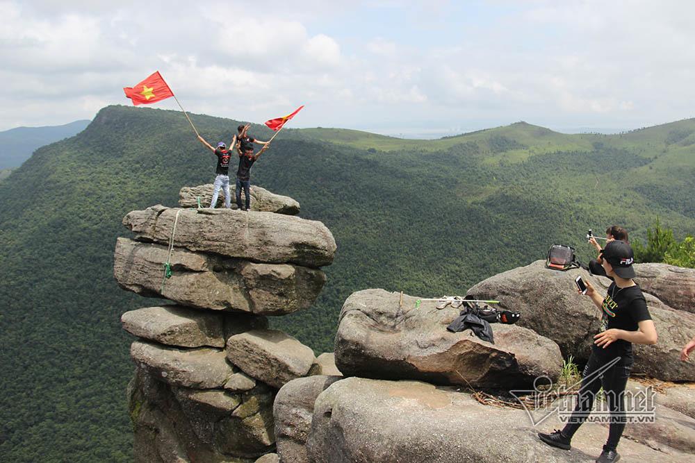 Đứng tim nhìn phượt thủ liều leo núi Đá Chồng chênh vênh bên vực sâu