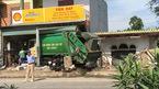 Xế hộp chổng vó dưới ruộng, xe chở rác chui tọt nhà dân