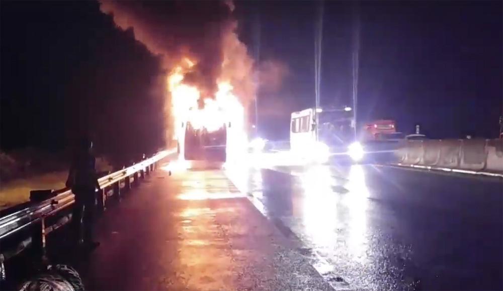 Xe khách Phương Trang cháy dữ dội trên cao tốc Trung Lương