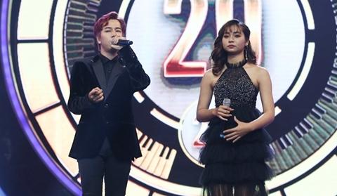 Ca sĩ Lou Hoàng tình tứ với cô gái dân tộc M'Nông, bỏ mặc Puka