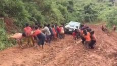 Hàng chục người kéo xe ô tô qua đoạn đường lầy lội